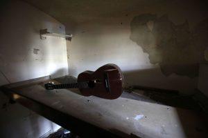 Esta imagen del 9 de abril de 2015 muestra una guitarra rota que quedó en una celda en la abandonada Prisión García Moreno, durante una visita guiada al público en Quito, Ecuador. En el lugar quedaron ropa, la guitarra y otras pertenencias luego de que los reos fueran transferidos a nuevas instalaciones. Foto:AP/ Dolores Ochoa