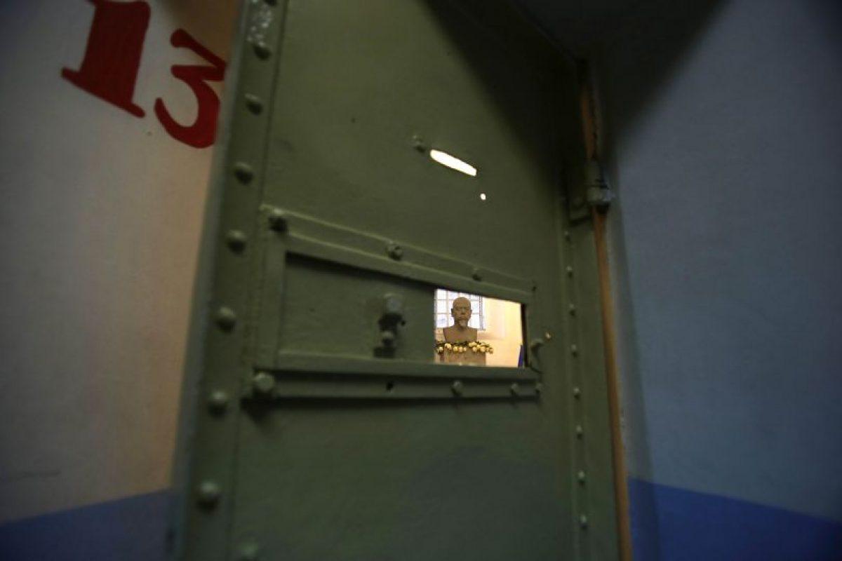 Esta imagen del 7 de abril de 2015 muestra el busto de Eloy Alfaro, presidente de Ecuador de 1897 a 1901 y nuevamente entre 1906 y 1911, detrás de una celda en la Prisión García Moreno, ahora en el abandono, y donde el mandatario fue encarcelado, durante una visita guiada al público en Quito, Ecuador. Alfaro, uno de los prisioneros más famosos de la prisión y quien fue encarcelado por su sucesor, fue atacado en 1912 por una muchedumbre que irrumpió en la prisión y arrastró su cadáver por las calles antes de prenderle fuego en un parque público. Foto:AP/ Dolores Ochoa