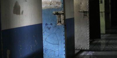 En esta imagen del 7 de abril, de 2015 un dibujo de Po, el protagonista de la cinta de animación Kung Fu Panda, dibujado en la puerta de una celda dentro de la ahora vacía prisión García Moreno, durante una visita guiada para el público en Quito, Ecuador. Ahora que este antiguo mundo se ha trasladado a otro lugar, el tiempo no tardará en borrar las historias grabadas en sus muros. Foto:AP/ Dolores Ochoa