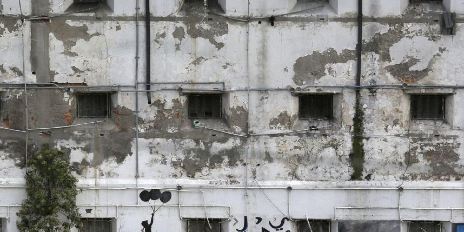 Esta fotografía del 9 de abril de 2015 muestras las ventanas de las celdas hacia el patio interior de la Prisión García Moreno, ahora abandonada, durante una visita guiada al público en Quito, Ecuador. El destino del edificio aún está por decidirse, pero las autoridades han dicho que revisan la posibilidad de convertir la antigua cárcel situada en el corazón de la ciudad en un hotel de lujo. Otra propuesta contempla la posibilidad de convertirla en museo. Foto:AP/ Dolores Ochoa