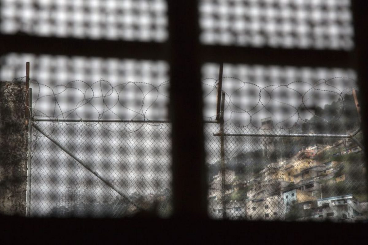 Esta imagen del 14 de abril de 2015 muestra la vista que un prisionero tenía desde la ventana en su celda, en la ahora abandonada Prisión Garcia Moreno, durante una visita guiada al público en Quito, Ecuador. Aun cuando sus altas paredes separaban a los prisioneros de la sociedad, hacían y respetaban sus propias leyes y autoridades internas. Foto:AP/ Dolores Ochoa