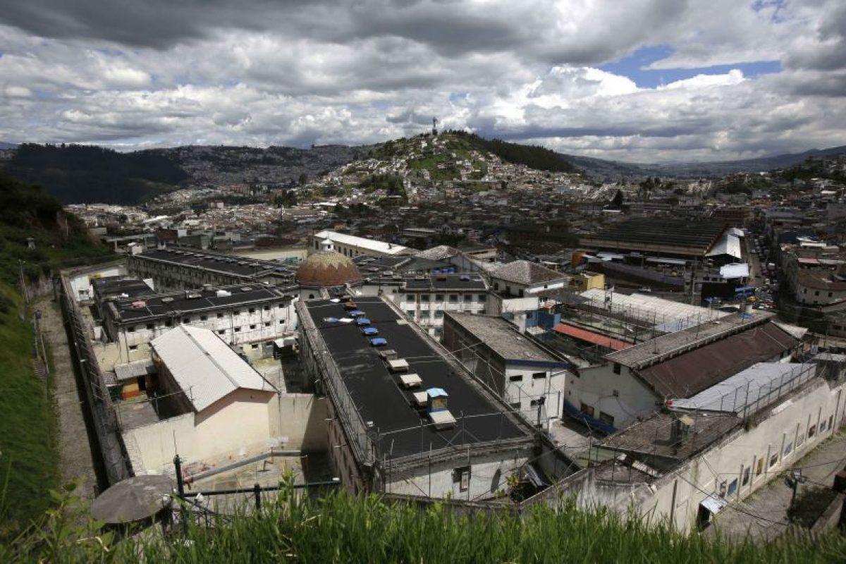 En esta imagen del 9 de abril de 2015, se muestra la Prisión García Moreno, localizada en el centro de Quito, la capital de Ecuador. La construcción de cuatro cuadras, con numerosos pabellones, ha quedado en el abandono desde septiembre, cuando los 2.600 prisioneros que habitaban un espacio destinado originalmente para apenas 300 personas, fueron trasladados a una penitenciaría más grande y moderna. Foto:AP/ Dolores Ochoa