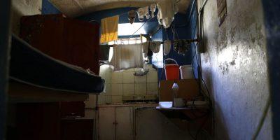 En esta imagen del 9 de abril de 2015, el interior de una celda con objetos personales dejados atrás por los presos transferidos de la ahora vacía cárcel García Moreno, durante una visita guiada al público en Quito, Ecuador. La celda con dos camas estaba diseñada para alojar sólo a dos personas, pero hasta ocho personas emplearon el cuarto en un momento dado. Mide unos 8 metros cuadrados. Foto:AP/ Dolores Ochoa