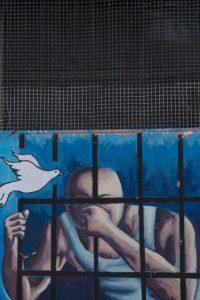 En esta imagen del 14 de abril de 2015, un mural de un prisionero entre rejas y una paloma que vuela en la pared de un patio del ahora vacío penal García Moreno, durante una visita guiada al público en Quito, Ecuador. El psicólogo Óscar Ortiz, que trabajó con los presos entre estos muros, organizó a artistas locales para colaborar con los presos y adornar las paredes con dibujos. Foto:AP/ Dolores Ochoa