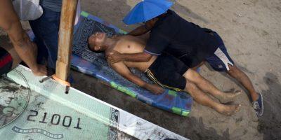 En esta imagen, tomada el 25 de abril de 2015, el quiropráctico Félix Retamoso trata a un paciente en la playa Pescadores en Lima, Perú. Félix cobra 30 soles peruanos, unos 10 dólares estadounidenses, por cada sesión en la playa. Foto:AP/ Rodrigo Abd