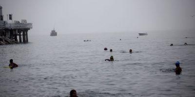 En esta imagen, tomada el 9 de abril de 2015, varias personas se bañan en aguas del océano Pacífico en la playa Pescadores en Lima, Perú. Los bañistas llegan a la costa peruana poco antes del amanecer y se sumergen en en Pacífico, buscando alivio para dolencias que los médicos son incapaces de curar. Foto:AP/ Rodrigo Abd