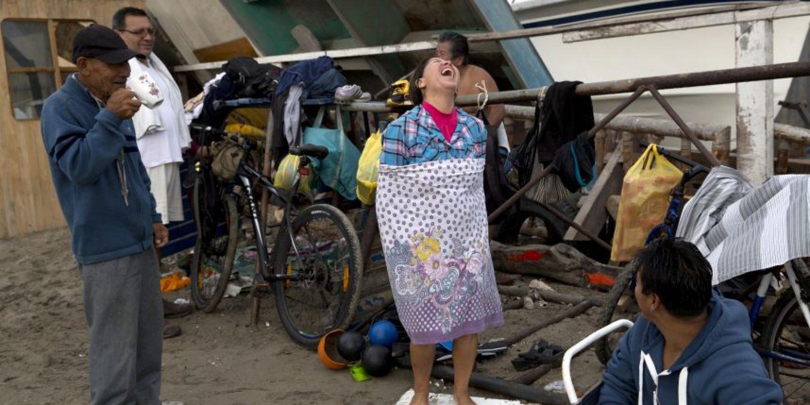 En esta imagen, tomada el 15 de mayo de 2015, varias personas de visten en la playa Pescadores tras un baño terapéutico en el océano Pacífico en Lima, Perú. La mayoría de los bañistas practican un tipo de terapia en el mar informal y auto dirigida. Foto:AP/ Rodrigo Abd