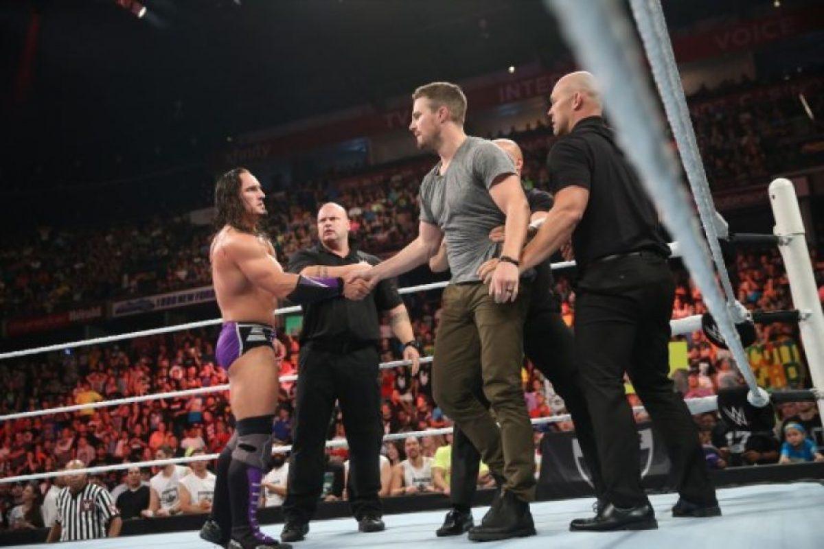 Estará al lado de Neville y enfrentará a Stardust contra King Barrett Foto:Vía twitter.com/wwe