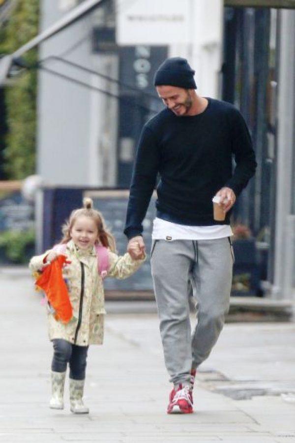 El exfutbolista siempre cuida a su pequeña hija. Foto:Grosby Group