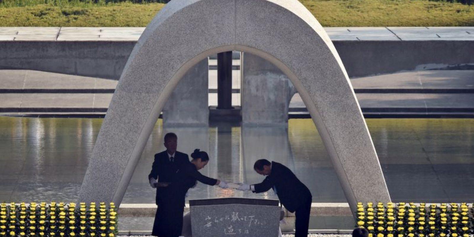 Cientos de personas de reunieron en el parque Monumento de la Paz y ahí guardaron silencio para conmemorar a los fallecidos. Foto:AFP