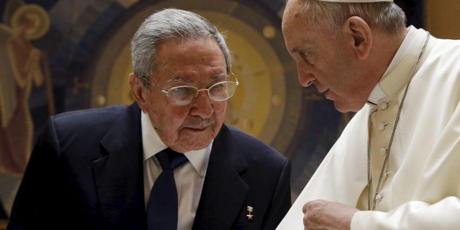 El papa Francisco recibió este domingo al presidente cubano Raúl Castro. Foto:AFP