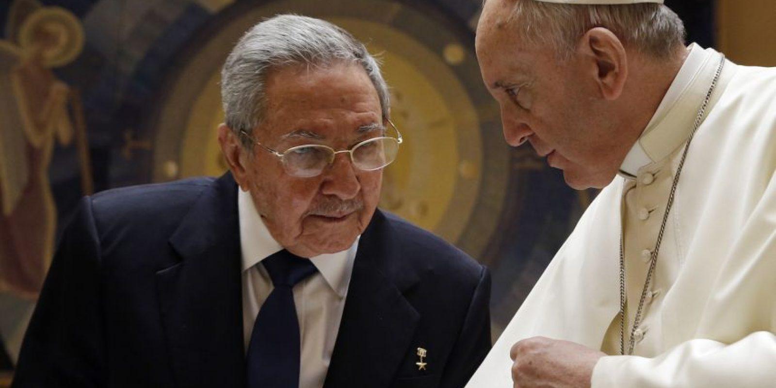El papa Francisco recibe al presidente de Cuba, Raúl Castro en El Vaticano. Foto:AFP