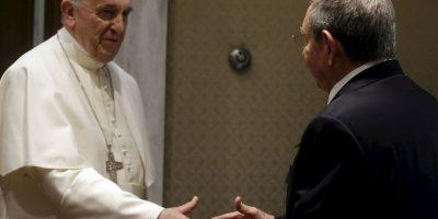 Francisco y el presidente de Cubasellaron su encuentro con un apretón de manos Foto:AFP