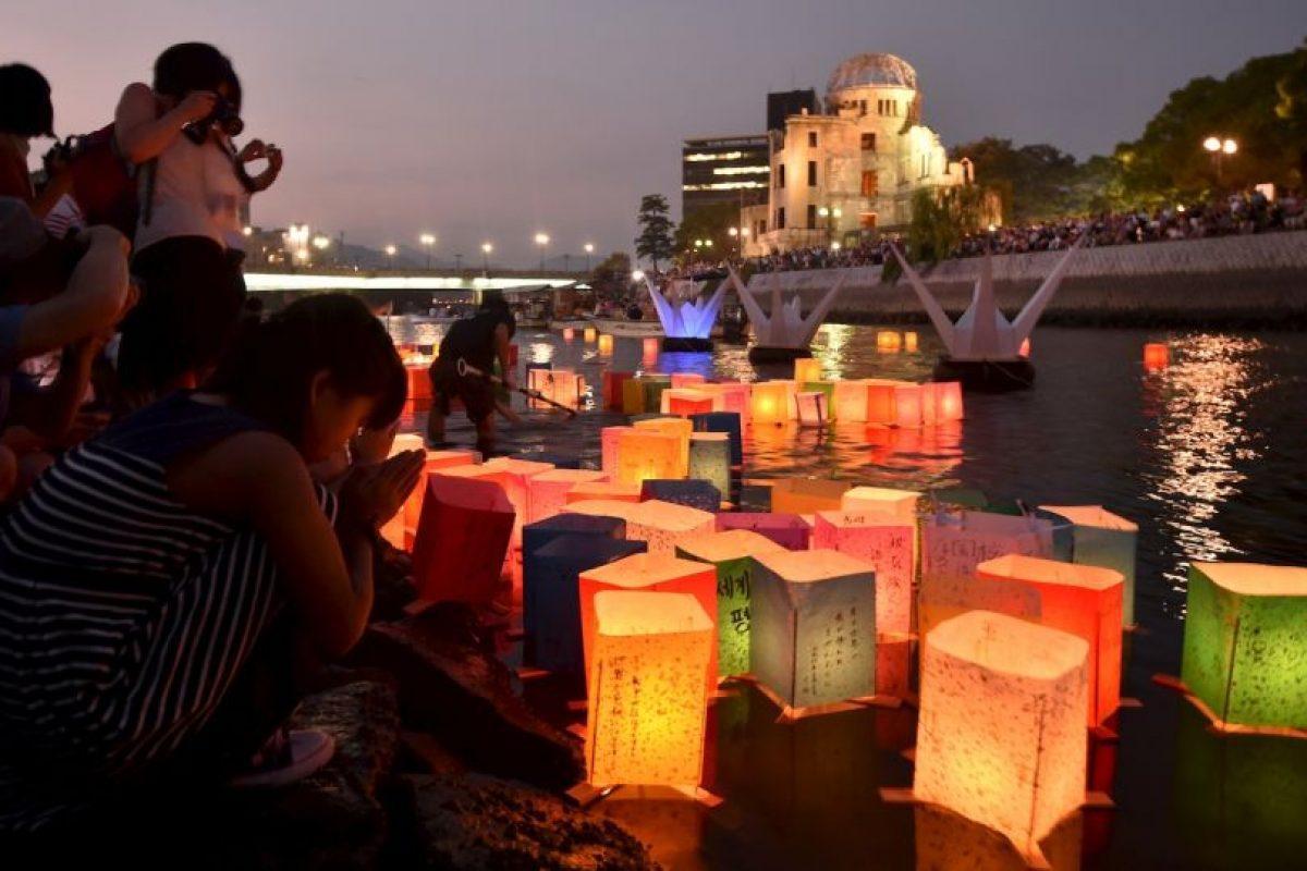 Decenas de personas prendieron linternas de papel en el río de Motoyasu, en Hiroshima. Foto:AFP