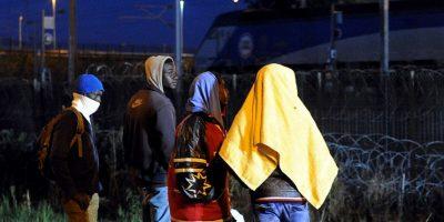 Ciudadanos de Dover han sido incitados a enviar a los inmigrantes a Londres en taxis debido a la sobrepoblación en los albergues. Foto:AFP