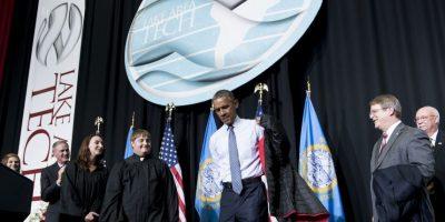 Antes de bajar del escenario le regalaron una chamarra de la institución y la porto con orgullo. Foto:AFP