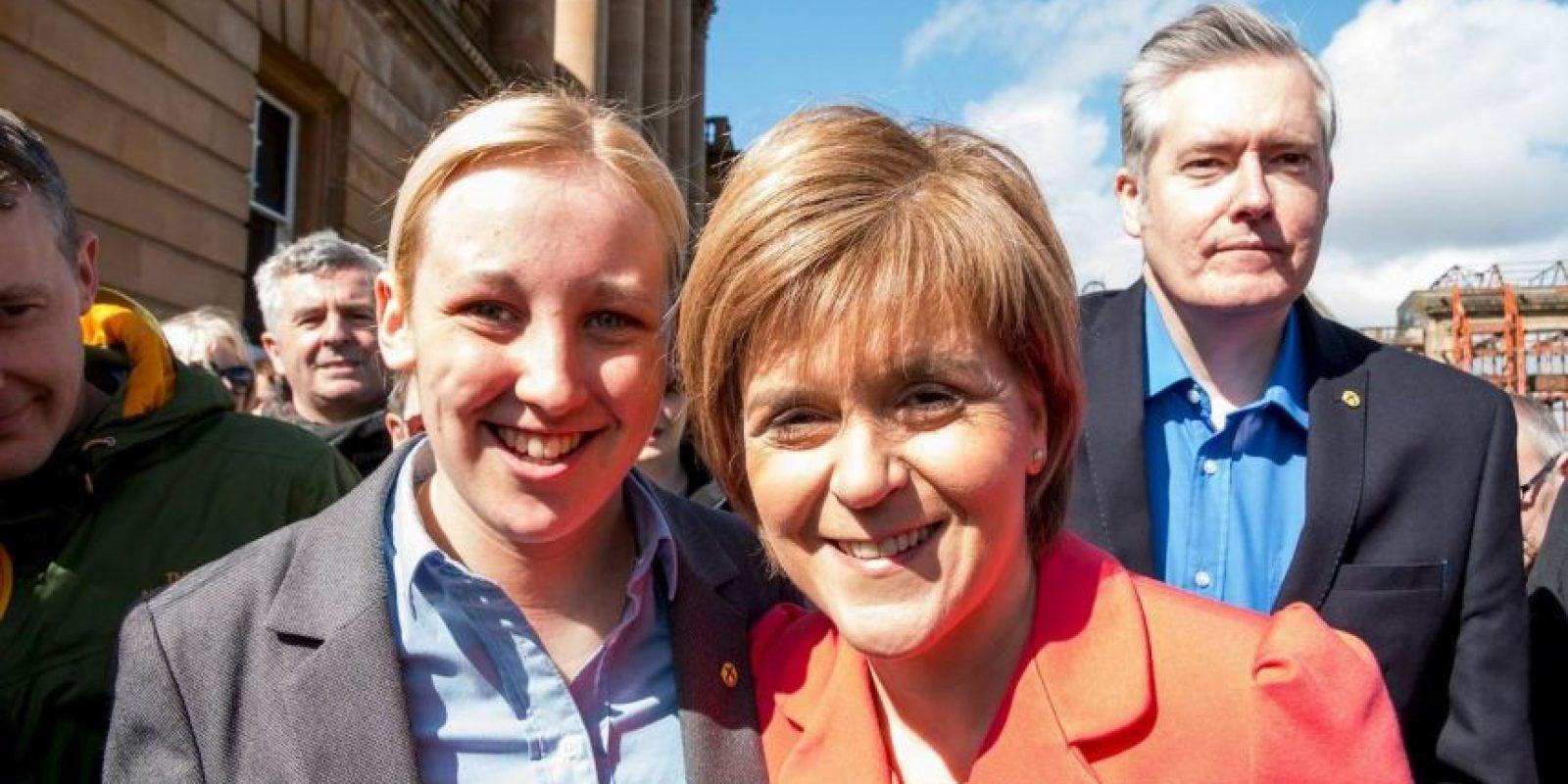 Junto a Nicola Sturgeon, la líder del Partido Nacional de Escocia Foto:Facebook.com/Mhairi.Black.SNP