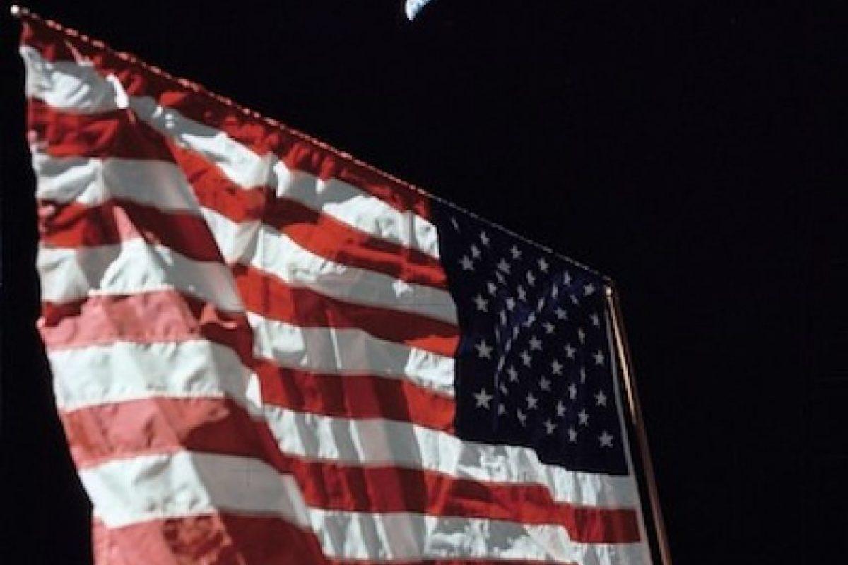 Una fotografía de la bandera estadounidense en la Luna, con la Tierra en el fondo. Foto:Instagram.com/NASA