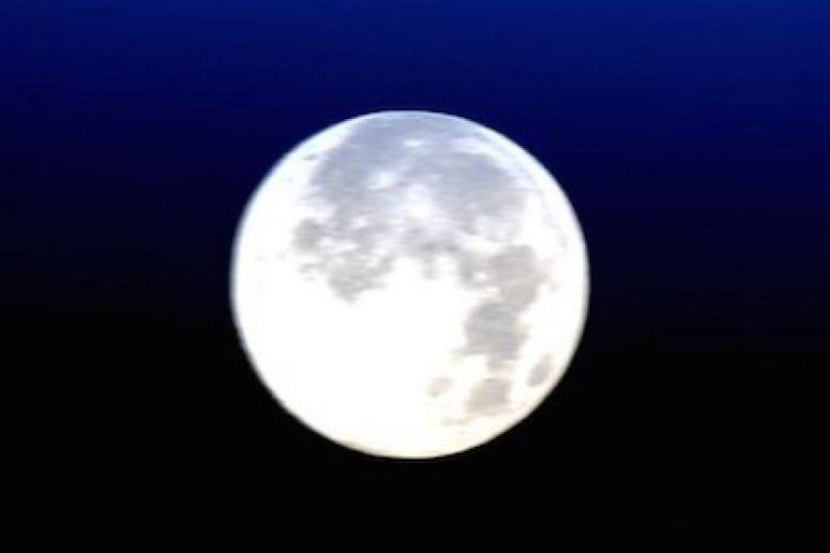 """En honor a la fotografía 'Blue Moon', el astronauta Scott Kelly publicó esta foto de la """"Luna azul"""" vista desde la Estación Espacial Internacional Foto:Instagram.com/NASA"""
