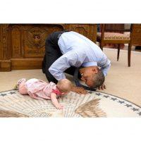 Jugando con una bebé en el Salón Oval de la Casa Blanca Foto:Instagram.com/PeteSouza