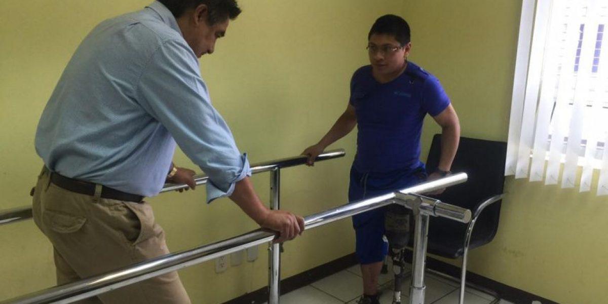 Bombero Henry Hernández recibe prótesis