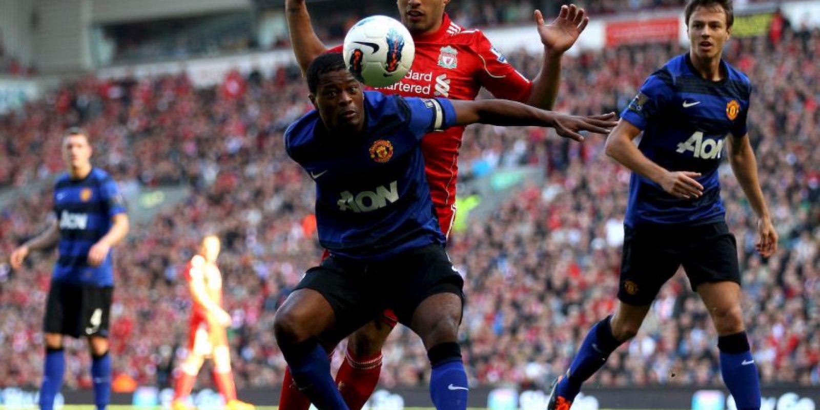 """En 2011, cuando Suárez jugaba para el Liverpool y Evra para el Manchester United, el francés acusó al uruguayo de llamarlo """"negro"""" de forma despectiva. Foto:Getty Images"""