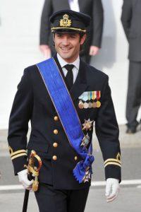 Es un comandante de barcos de combate, campeón de ski, caza y además es diseñador gráfico Foto:Getty Images