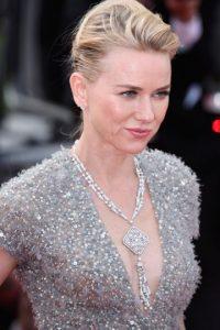 Naomi Watts luce un vestido gris de plumas Foto:Getty Images