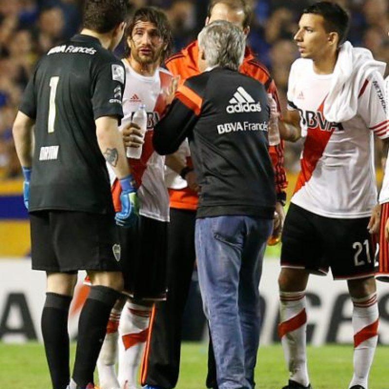 casi una hora después del incidente, la Conmebol anunció que el duelo quedaría suspendido de manera temporal. Foto:Getty Images