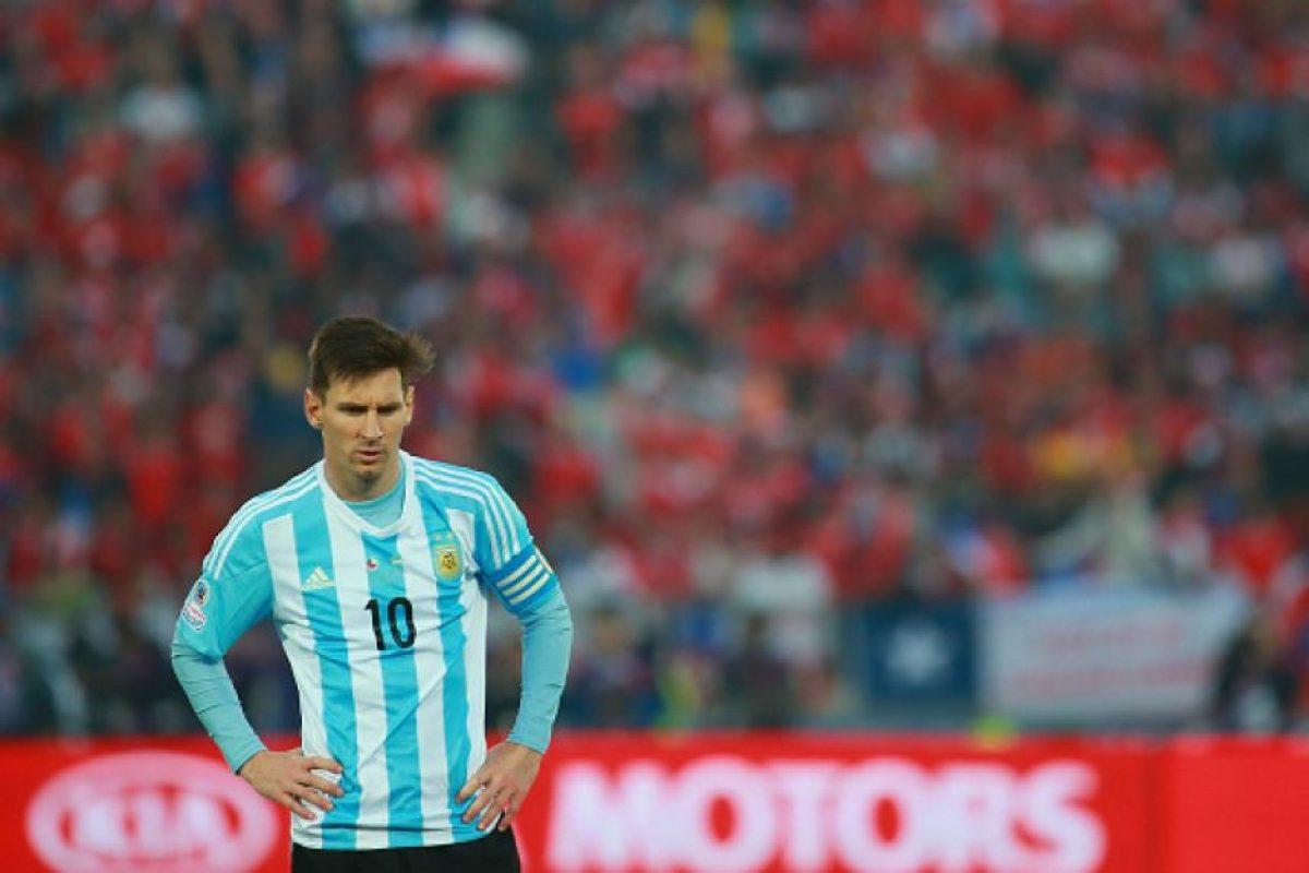 """El diario argentino """"Olé"""" le dio con todo al jugador del Barcelona: """"Está mal puesta la cinta de capitán. Terminemos con esto. El mejor jugador del mundo no nos representa en los momentos importantes. Su actuación de ayer fue, directamente, indignante"""". Foto:Getty Images"""