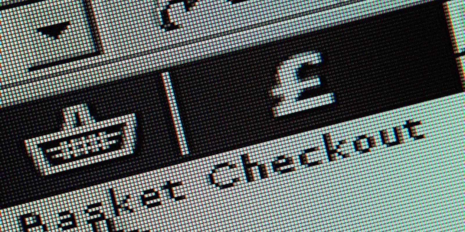 28% de las personas leen sobre productos en línea mientras hacen compras. Foto:Getty Images