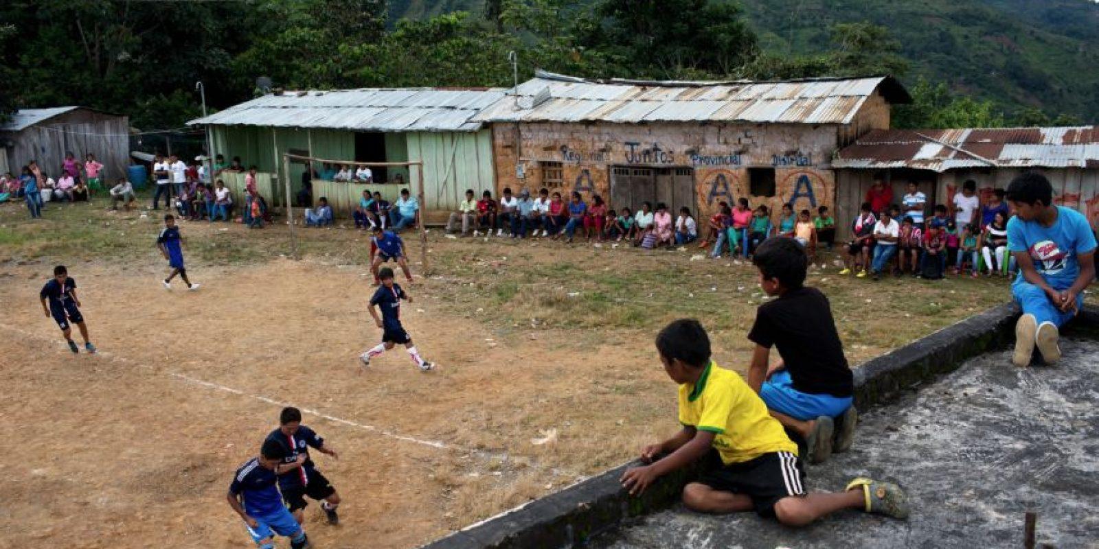 En esta imagen del 15 de marzo de 2015, jóvenes compitiendo en un torneo de fútbol entre varios pueblos en La Mar, provincia de Ayacucho, Perú. Los mochileros, hombres resistentes, son en su mayoría hablantes de quechua como primera lengua y proceden de comunidades aisladas que sufrieron las peores atrocidades de la guerra sucia entre 1980 y 2000 entre Perú y los rebeldes de Sendero Luminoso. Foto:AP Foto/Rodrigo Abd