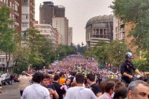 Los fans del Madrid salieron a recibir el bus de su club Foto:Vía twitter.com/EternamenteRM
