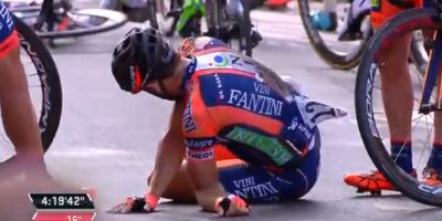 VIDEO. Escalofriante caída de ciclista en el Giro de Italia