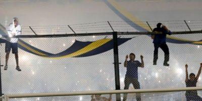 Los hinchas de Boca lanzaron gas pimienta a la cancha de La Bombonera Foto:Getty Images