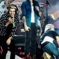 """El cantante resbaló del escenario mientras interpretaba junto a sus compañeros el tema """"Best Song ever"""". Foto:YouTube"""