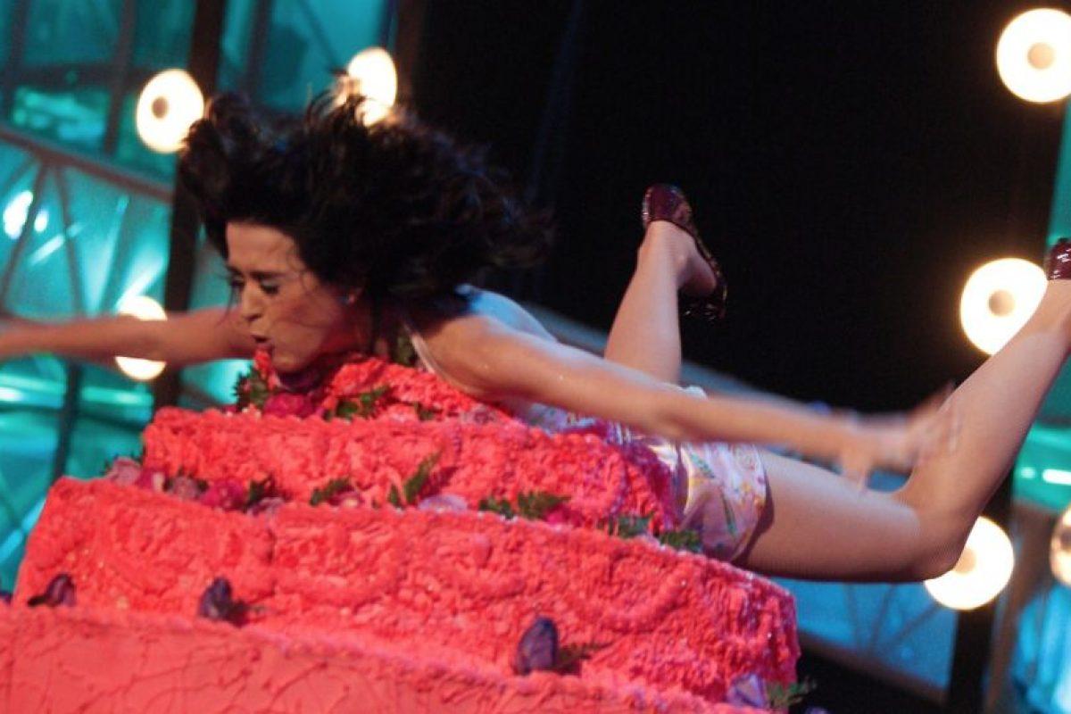 En 2008, la cantante se lanzó sobre un pastel gigante como parte de su presentación en los premios MTV Latin Music Awards Foto:Getty Images