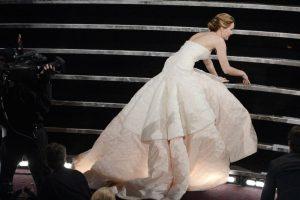 """En 2013, tras recibir el Oscar como """"Mejor actriz de reparto"""", Lawrance tropezó en las escaleras del escenario y cayó sobre sus rodillas entre risas. Mientras que en 2014 volvió a caer en la alfombra roja de esta misma premiación. Foto:Getty Images"""