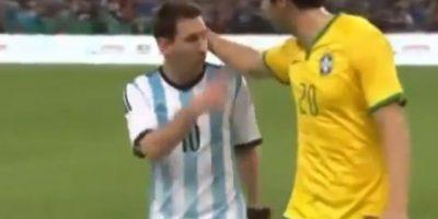 El brasileño acarició a Messi en la cabeza y el argentino se enojó. Foto:twitter.com/jerebeam
