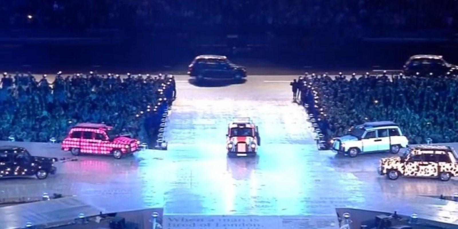 Llegaron en cinco diferentes autos que las situaron en medio del escenario. Foto:Getty Images