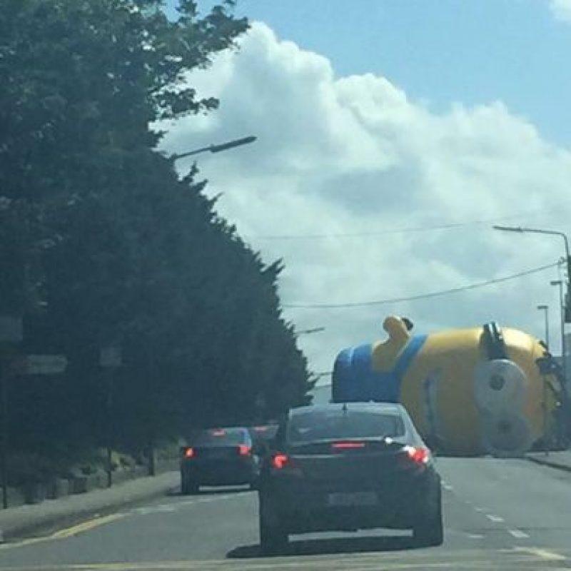 """Los fuertes vientos hicieron que """"Kevin"""", de aproximadamente 12 metros (40 pies) de altura, cayera en la carretera conocida como Swords Road, en Dublín, Irlanda. Foto:Twitter.com/Sean_judges"""