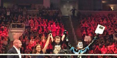 Lo acompañaron en su presentación Triple H y Stephanie McMahon, gerentes de la WWE. Foto:Vía twitter.com/StephMcMahon
