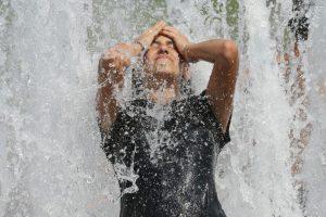 Los calambres por calor son calambres musculares fuertes pero de breve duración que afectan a los músculos de las piernas, los brazos o el abdomen y que pueden ocurrir durante o después de practicar un ejercicio vigoroso en condiciones de calor extremo Foto:Getty Images