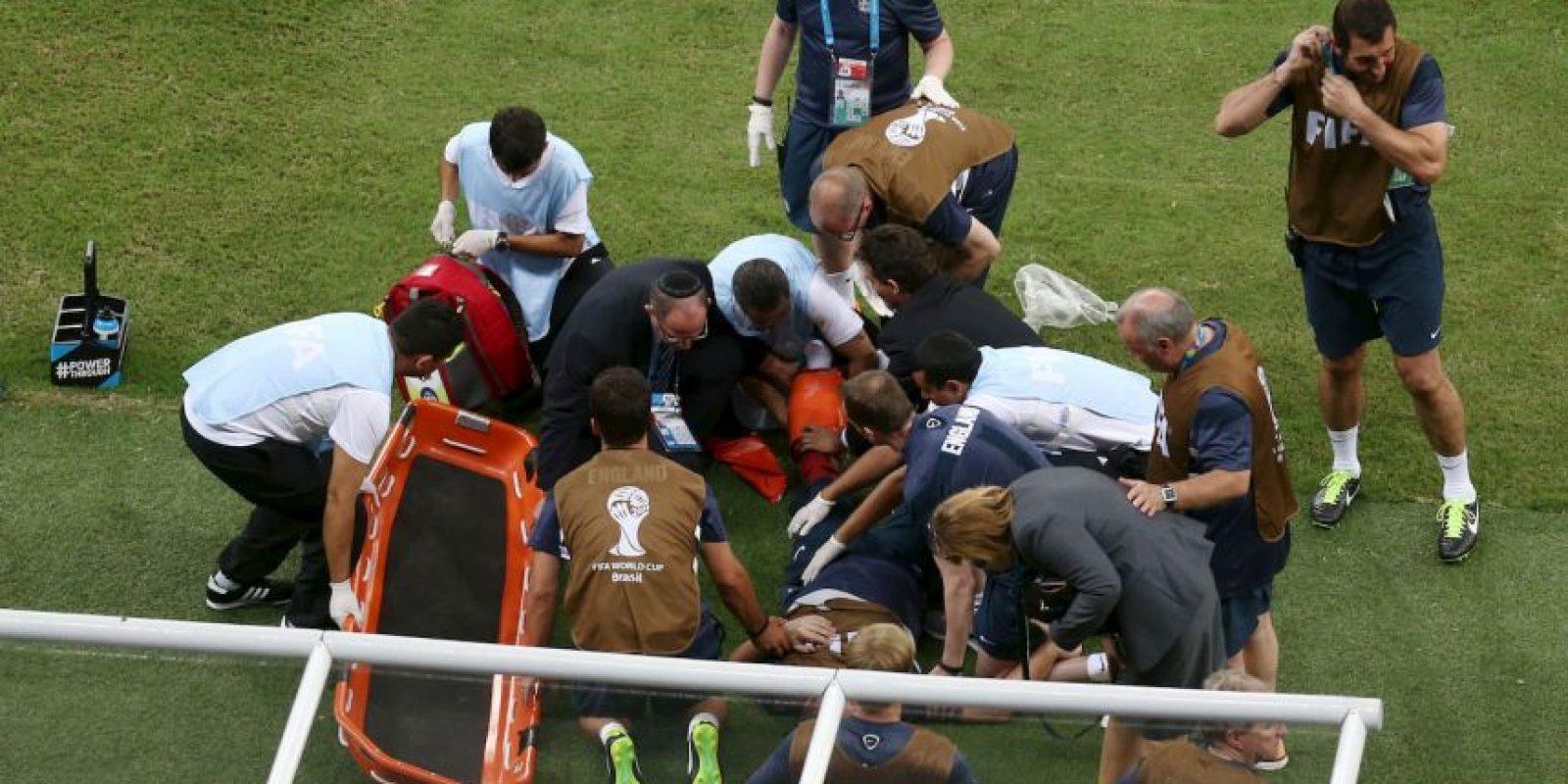 Festejó tanto un gol de Inglaterra en el Mundial que tuvo que salir en camilla. Foto:Getty Images