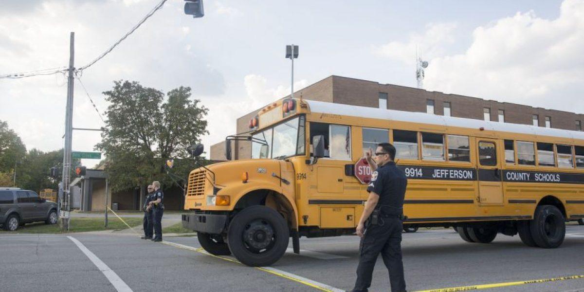 Controversia por imágenes de niño esposado en escuela