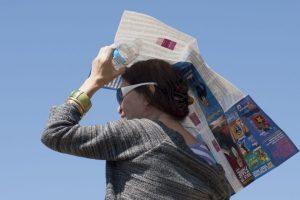 Protéjase del sol poniéndose un sombrero o usando una sombrilla. Foto:Getty Images