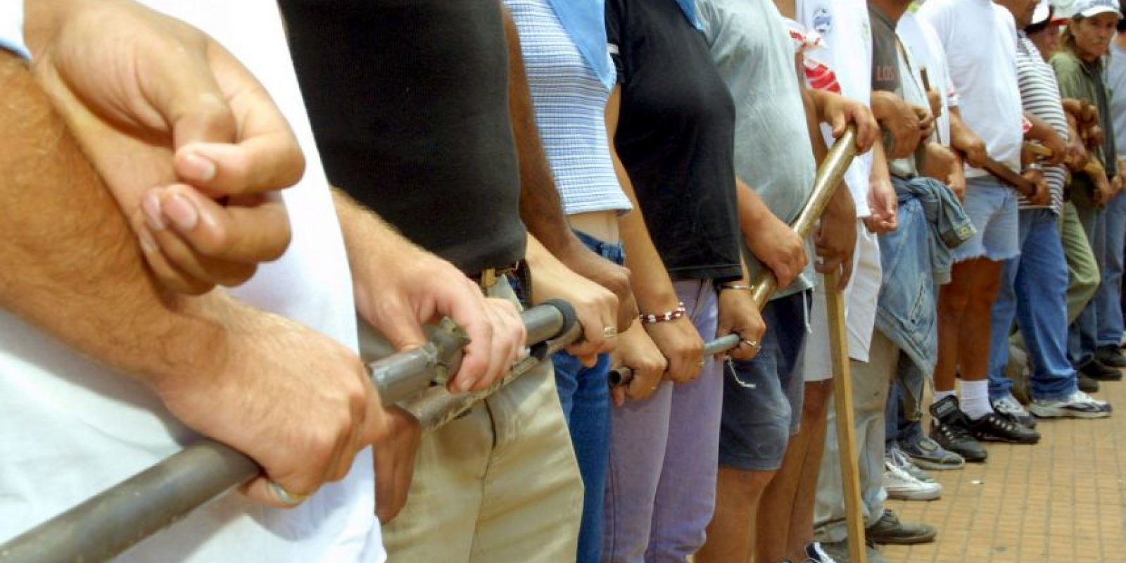 El grupo de padres de familia decidió actuar después de que el profesor se considerara un sospechosos. Foto:Getty Images