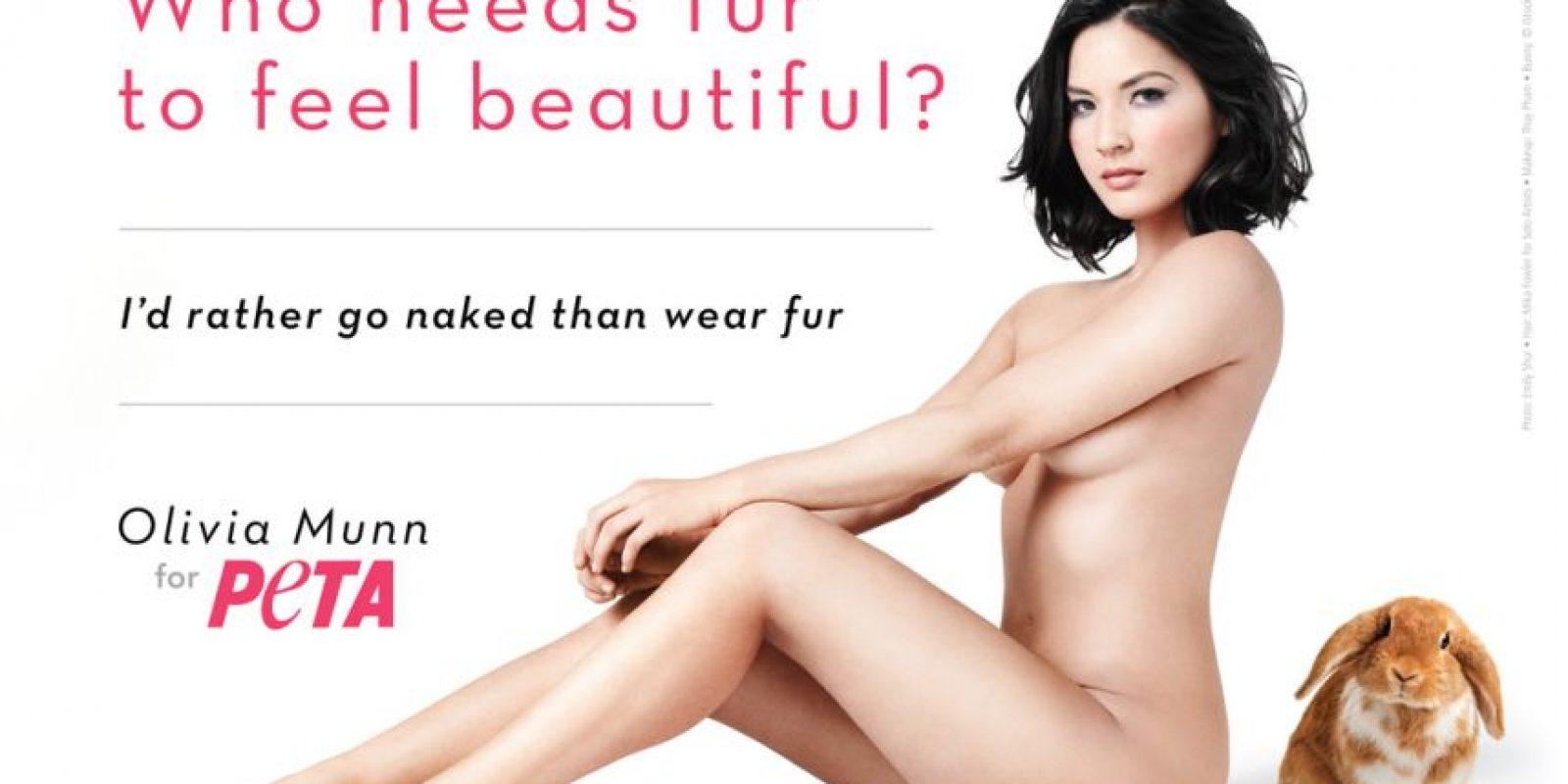 En 2012, la modelo y actriz posó desnuda para demostrar que las mujeres no necesitan usar las pieles de los animales como vestido. Foto:PETA