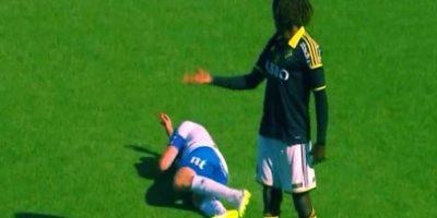 Se dejó caer cuando su rival ni siquiera lo tocó. Recordamos a otros futbolistas que también fingieron faltas de manera grotesca. Foto:Vía youtube.com