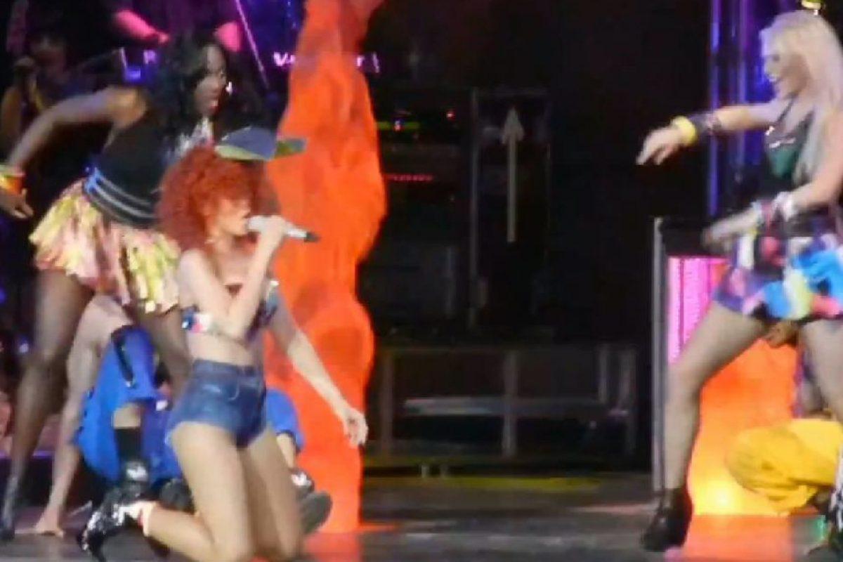 En un show en Canadá, la cantante se tropezó con sus bailarines. Así cayó de rodillas mientras interpretaba sus éxitos, por fortuna no fue nada grave y siguió adelante con el show. Foto:YouTube